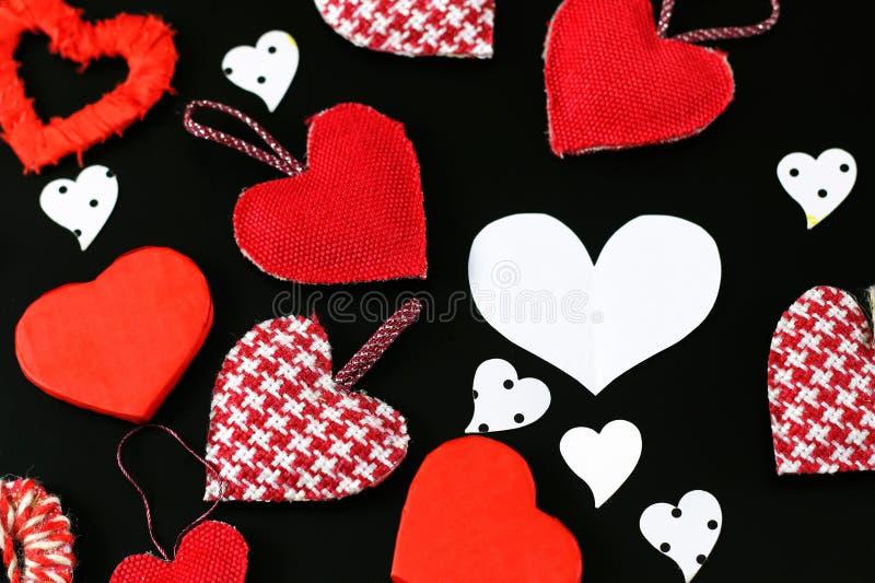 Forma del corazón en fondo negro fotografía de archivo