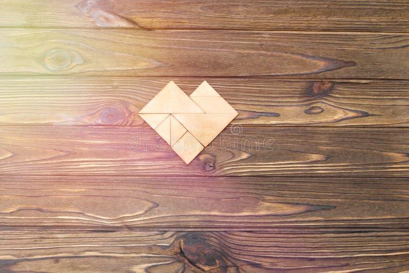 Forma del corazón en una tabla de madera fotos de archivo