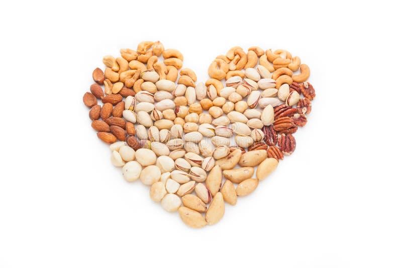 Forma del corazón hecha de nueces mezcladas fotos de archivo