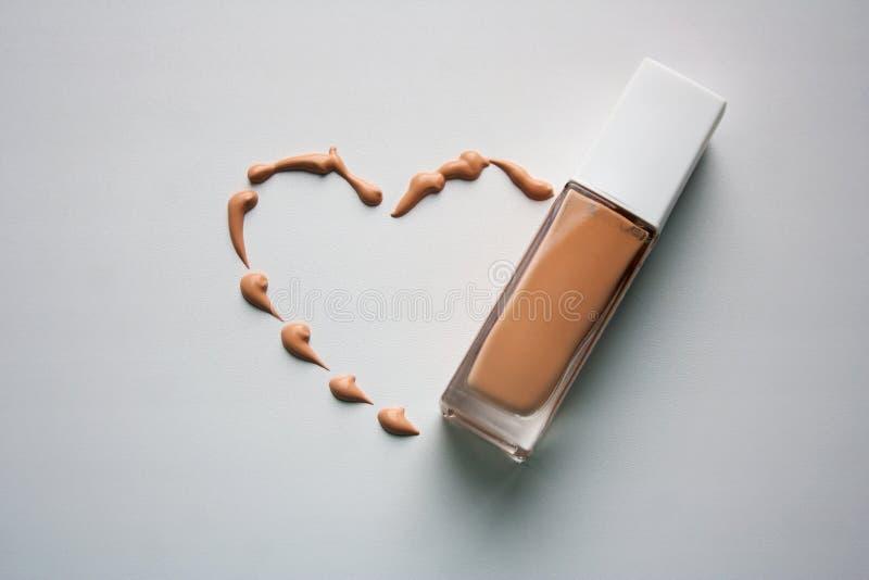 Forma del cuore con composizione crema tonale immagini stock libere da diritti
