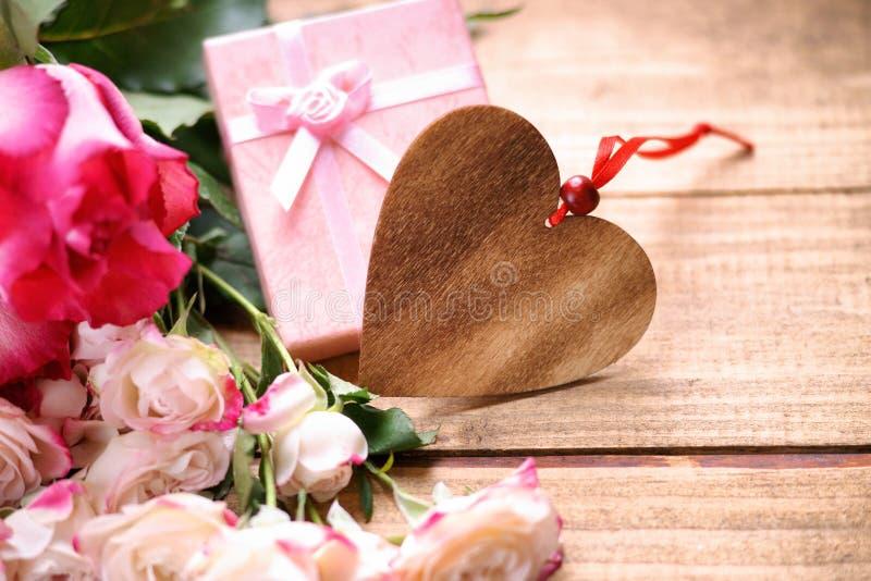 Forma del cuore, contenitore di regalo e rose fotografia stock