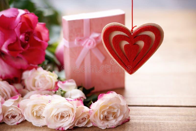 Forma del cuore, contenitore di regalo e rose fotografia stock libera da diritti