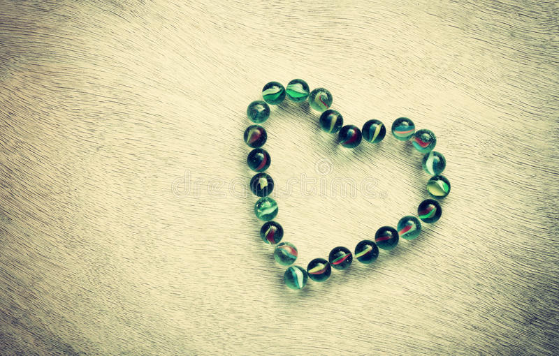 Forma del cuore fatta dai marmi con effetto d'annata. concetto di giorno di biglietti di S. Valentino o concetto di nozze. stanza  fotografie stock