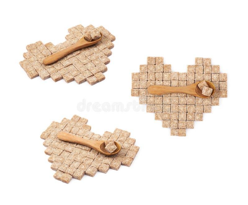 Forma del cuore fatta dei cubi dello zucchero isolati fotografia stock