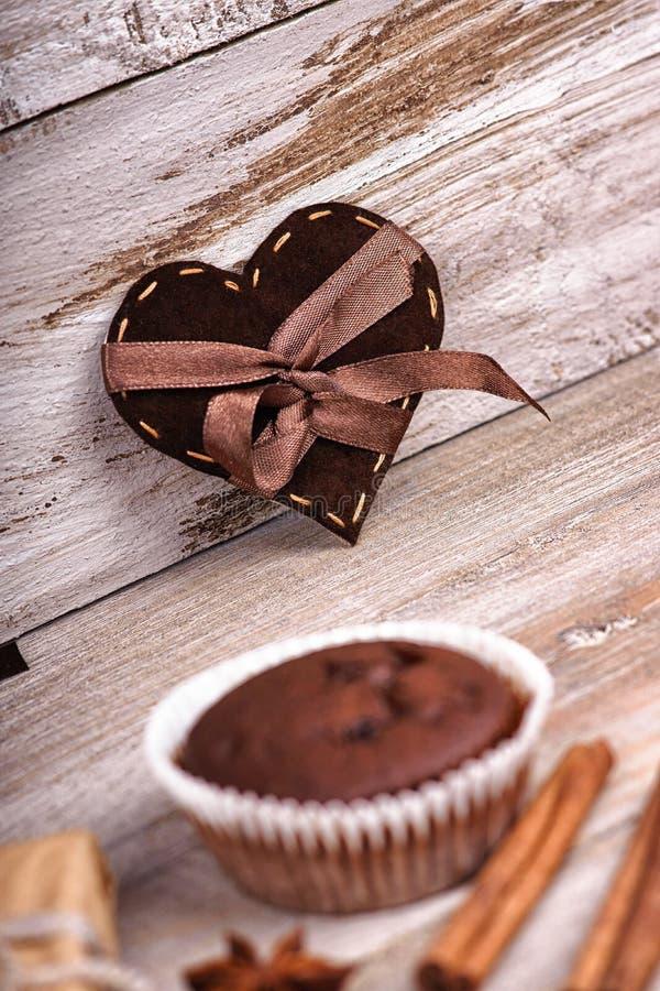 Forma del cuore, muffin del cioccolato e contenitore di regalo fotografia stock