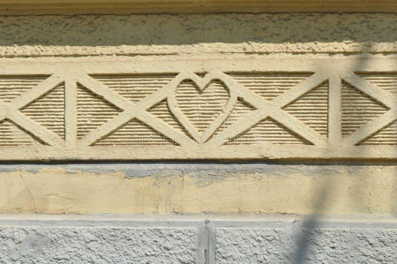 Forma del cuore su una vecchia costruzione immagini stock