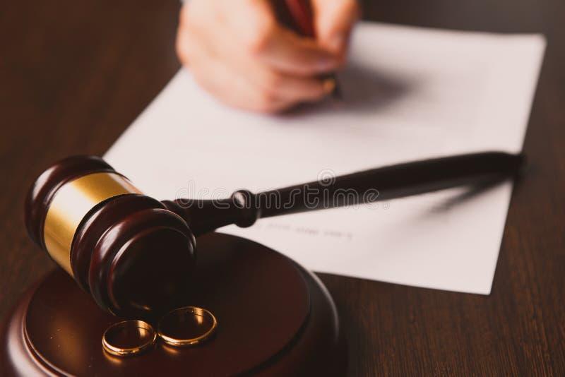 Forma del decreto di divorzio con l'anello fotografie stock