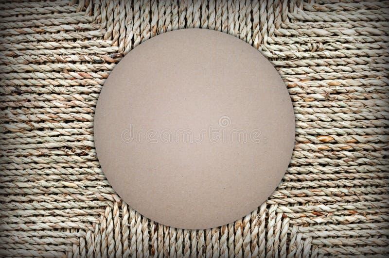 Forma del diseño de la cartulina en fondo de la cesta de mimbre Espacio para el texto fotografía de archivo libre de regalías