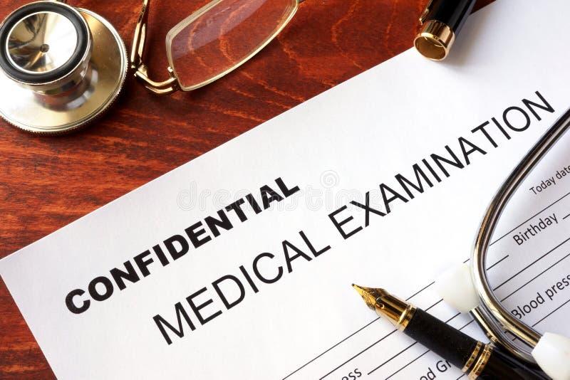 Forma del examen médico con el título confidencial fotografía de archivo libre de regalías