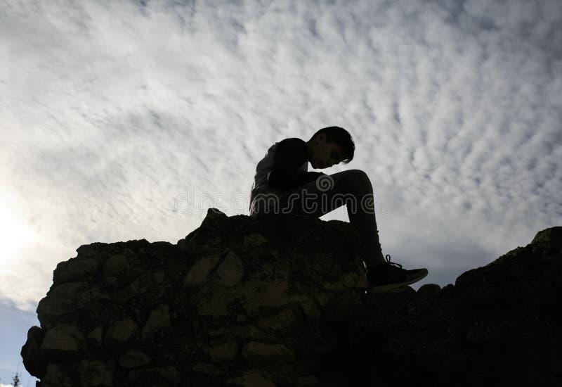 Forma dell'ombra di un ragazzo situato immagini stock libere da diritti