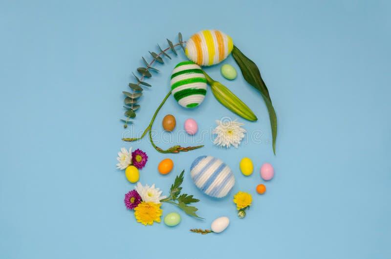 Forma dell'uovo di Pasqua che l'uovo ha fatto dal tricottare la lana immagini stock libere da diritti