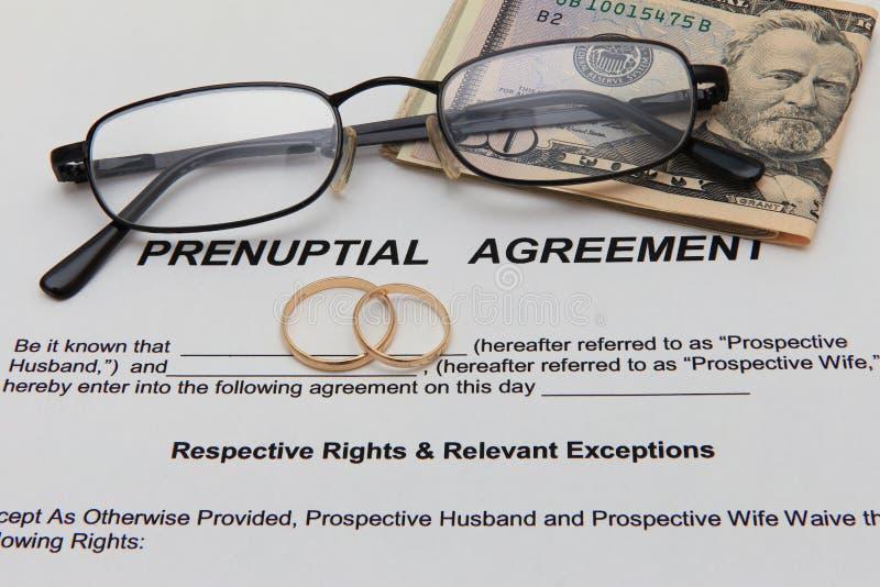 Forma di accordo prematrimoniale e due fedi nuziali fotografie stock libere da diritti