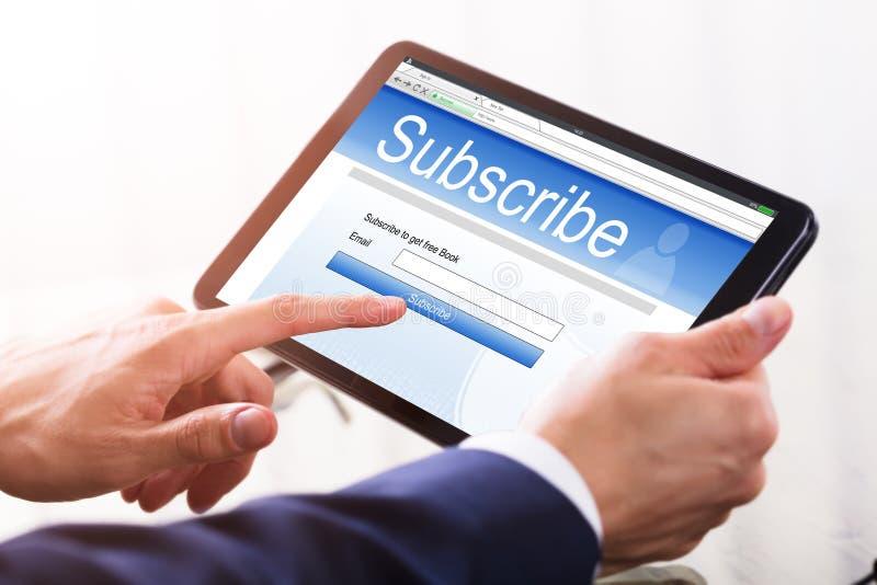 Forma di Filling Online Subscription dell'uomo d'affari immagine stock libera da diritti