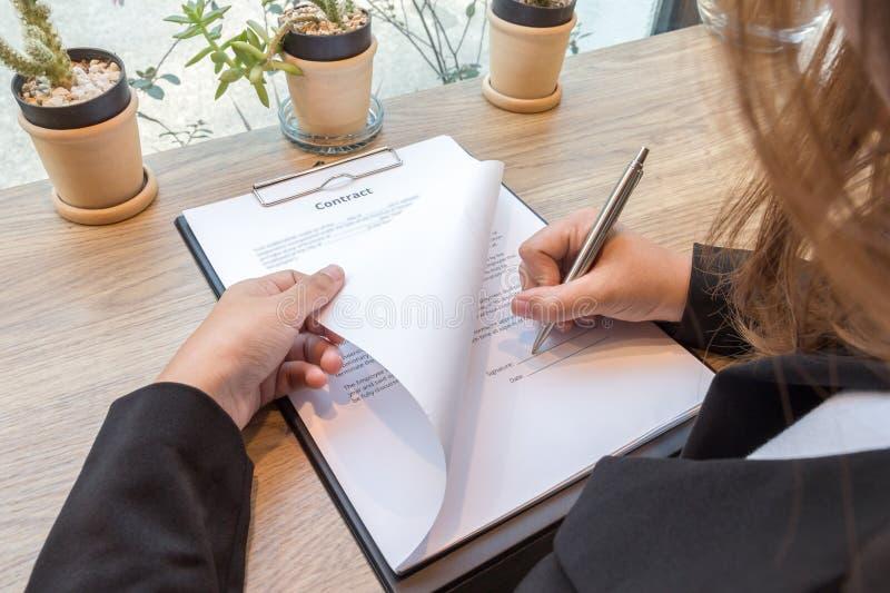 Forma di firma del capitolato d'oneri della donna di affari immagine stock libera da diritti