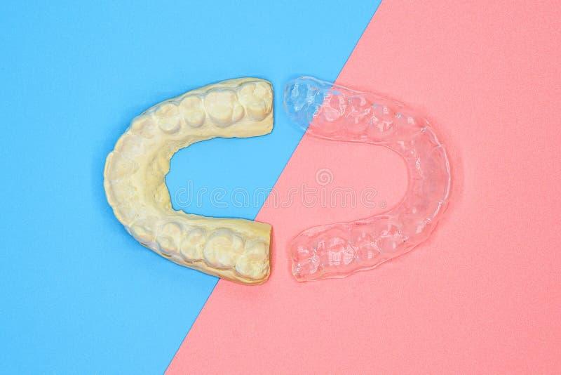 Forma di gesso dentale e formatore di silicone ortodontico Apparecchiatura mobile ortodontica per la correzione dentale, in blu e fotografia stock libera da diritti