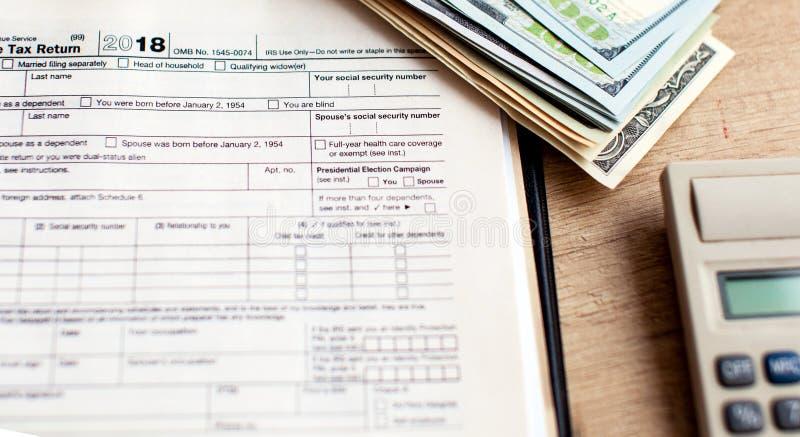 Forma 1040 di imposta degli Stati Uniti con la penna ed il calcolatore immagine stock libera da diritti