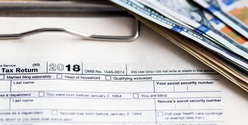 Forma 1040 di imposta degli Stati Uniti con la penna ed il calcolatore fotografie stock