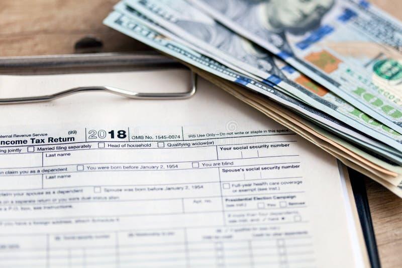 Forma 1040 di imposta degli Stati Uniti con la penna ed il calcolatore fotografie stock libere da diritti