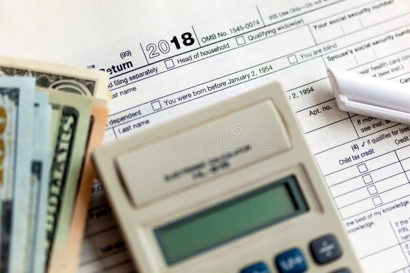 Forma 1040 di imposta degli Stati Uniti con la penna ed il calcolatore immagine stock