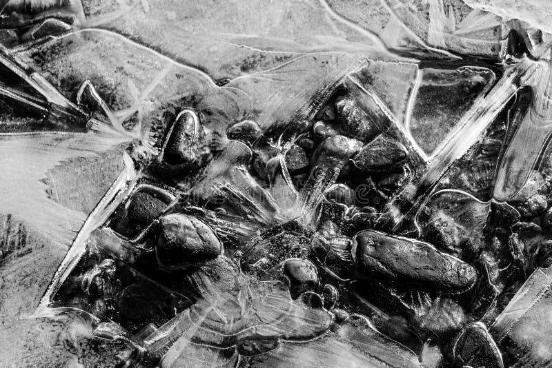 forma di struttura e forma in bianco e nero di terreno e delle pietre coperti di ghiaccio fotografia stock