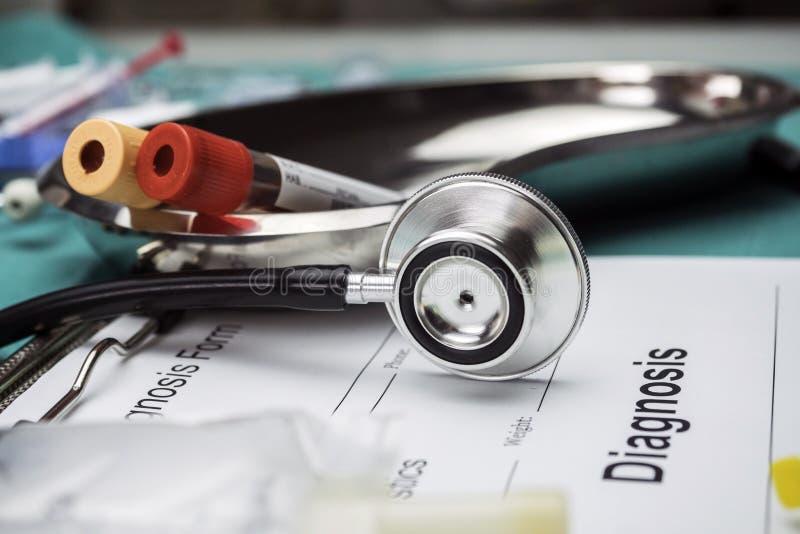 Forma diagnostica, fiala di campioni di sangue e medicina in un hospita fotografia stock libera da diritti