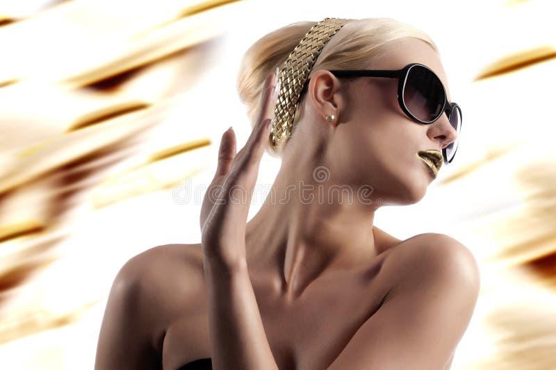 Forma disparada da mulher loura com óculos de sol foto de stock