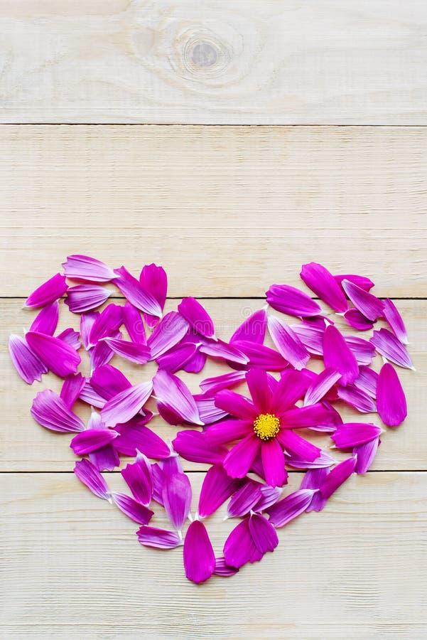 Forma do coração da flor colocada no fundo de madeira imagem de stock royalty free