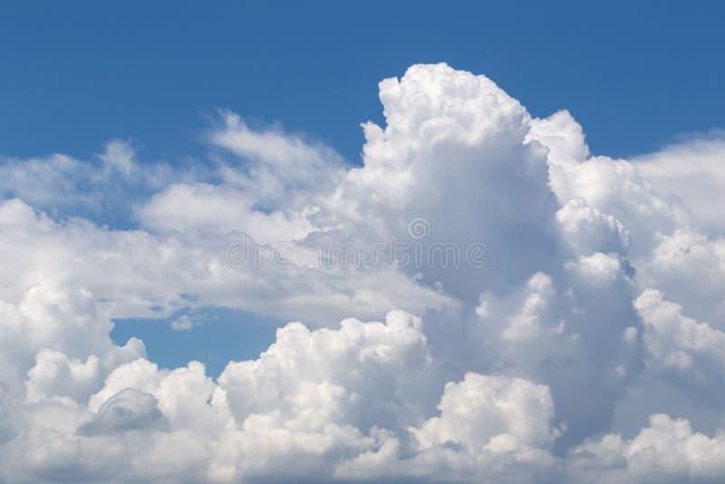 Forma do coração das nuvens macias brancas no fundo preto do céu imagens de stock