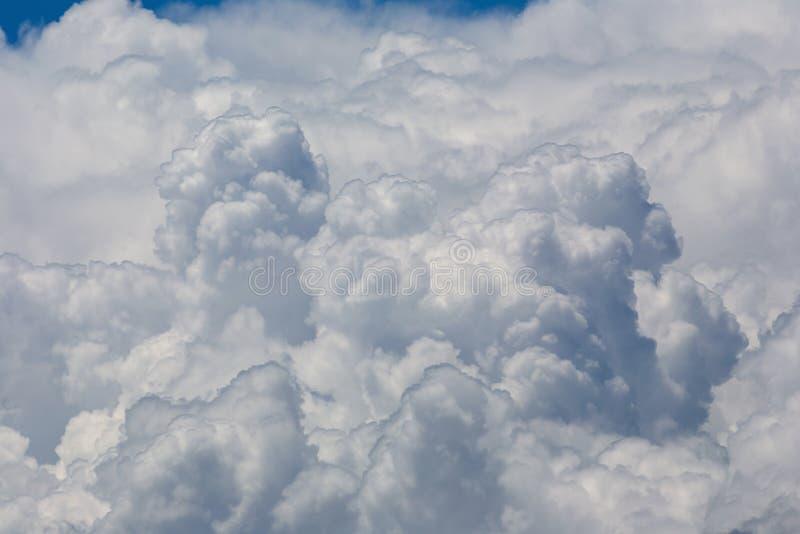 Forma do coração das nuvens macias brancas no fundo preto do céu imagem de stock