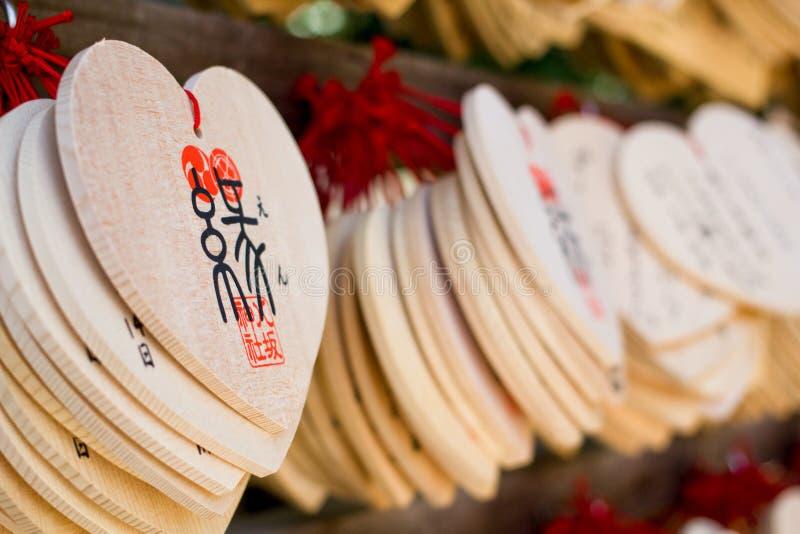 Forma do coração de desejar a etiqueta de madeira (Ema) fotografia de stock royalty free