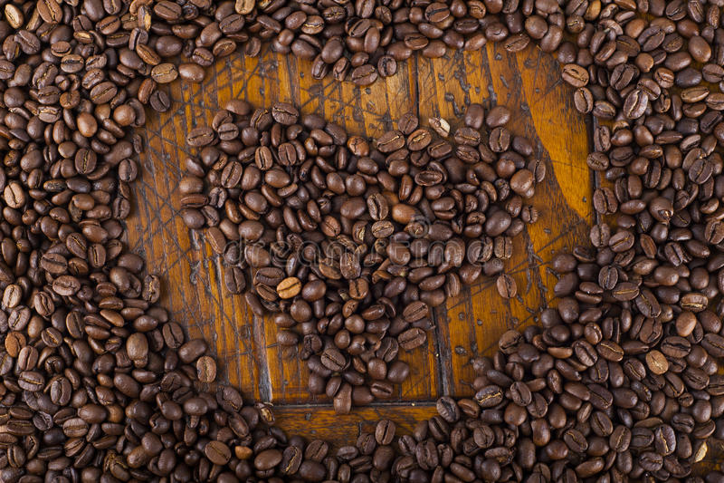 Forma do coração e feijões de café imagens de stock royalty free