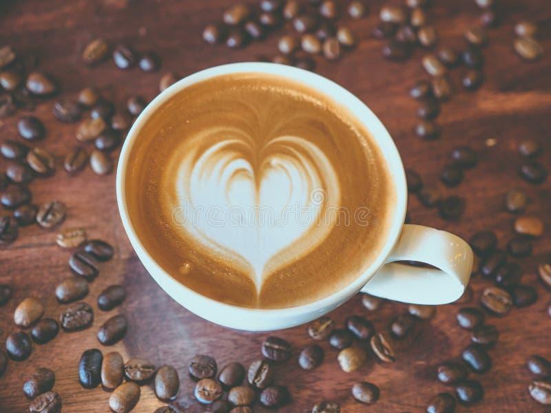 Forma do cora??o do teste padr?o da arte do latte do caf?, vista superior imagem de stock