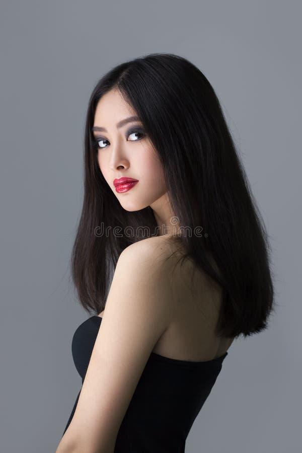 Forma do estúdio disparada da mulher asiática imagem de stock