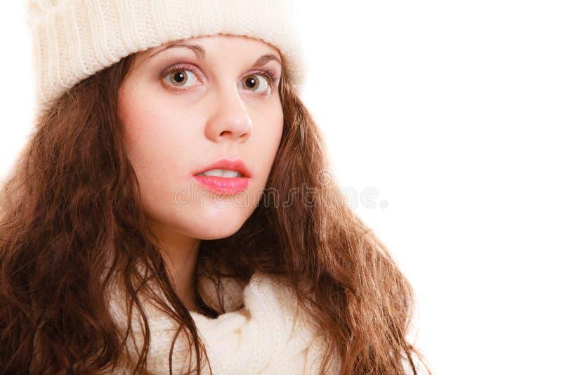 Forma do inverno. Mulher da menina do retrato no lenço morno do chapéu da roupa isolado foto de stock