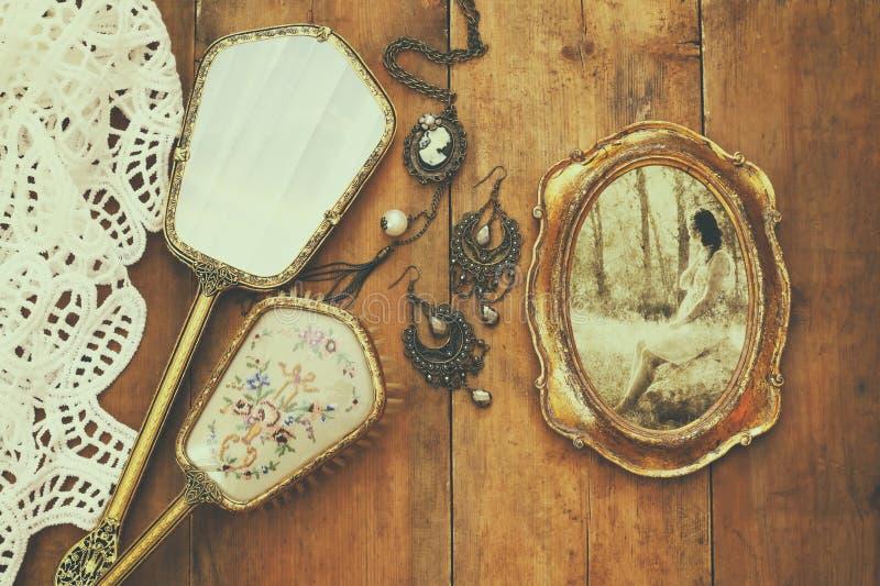A forma do toalete da mulher do vintage objeta ao lado do quadro da foto imagem de stock royalty free