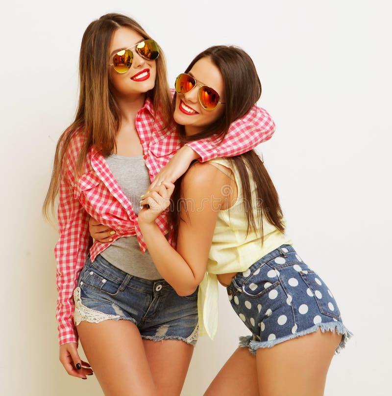 Forma dois que ri as namoradas pintadas que abraçam e que têm o divertimento foto de stock royalty free