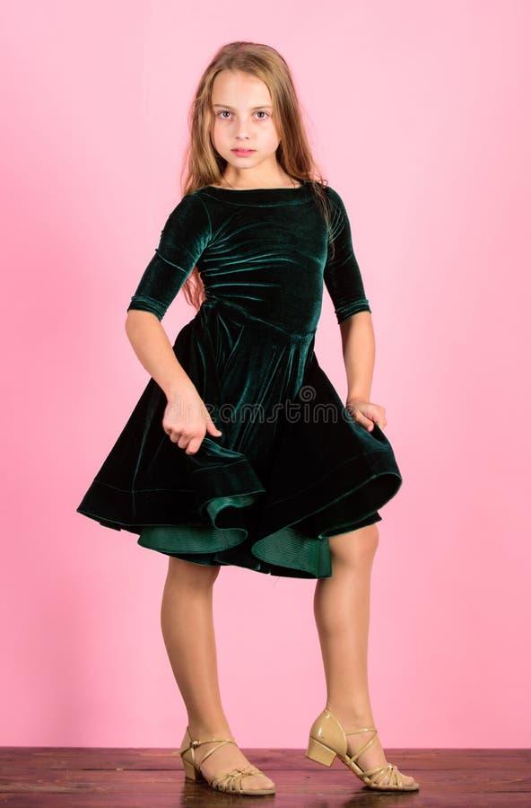 forma dos miúdos O vestido elegante da criança olha adorável De veludo bonito do desgaste da criança da menina vestido escuro Rou foto de stock