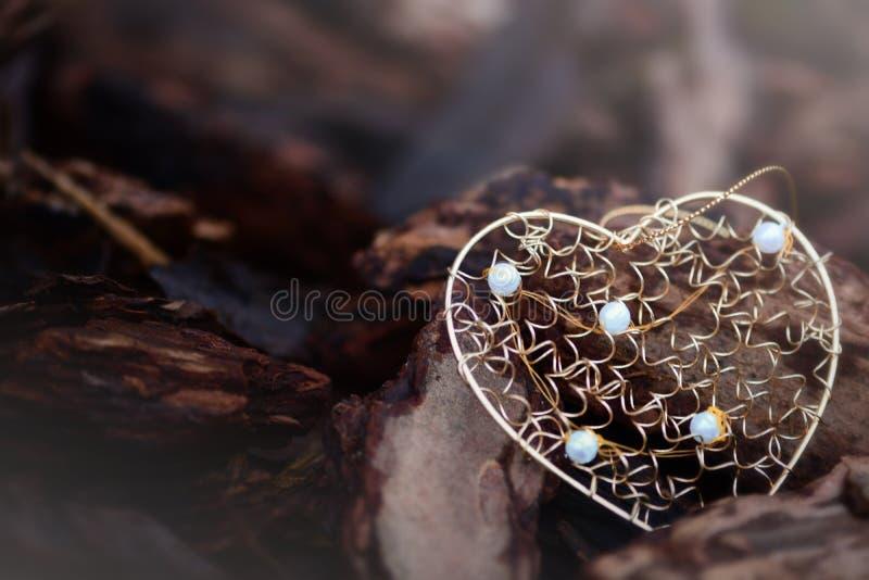 Forma dourada do coração foto de stock