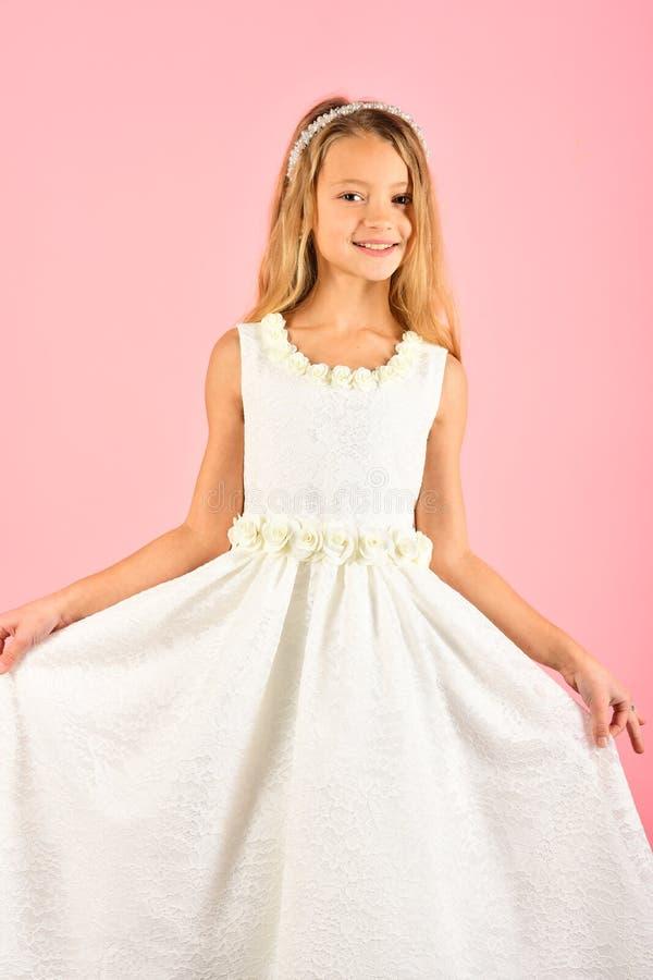 Forma e beleza, princesa pequena Modelo de forma no fundo cor-de-rosa, beleza Olhe, cabeleireiro, composi??o Menina da crian?a de fotografia de stock