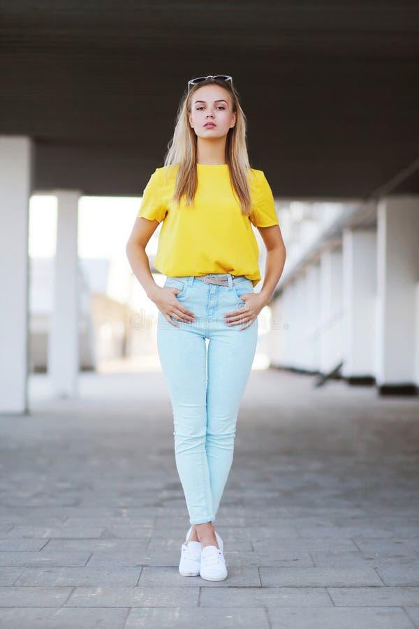 Forma e conceito dos povos - levantamento bonito sensual à moda da mulher fotos de stock