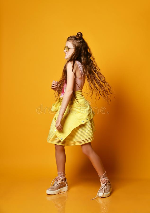 Forma e conceito dos povos: menina ? moda na roupa ocasional, levantando imagem de stock