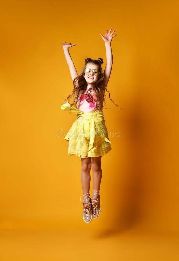 Forma e conceito dos povos: menina ? moda na roupa ocasional, levantando imagens de stock