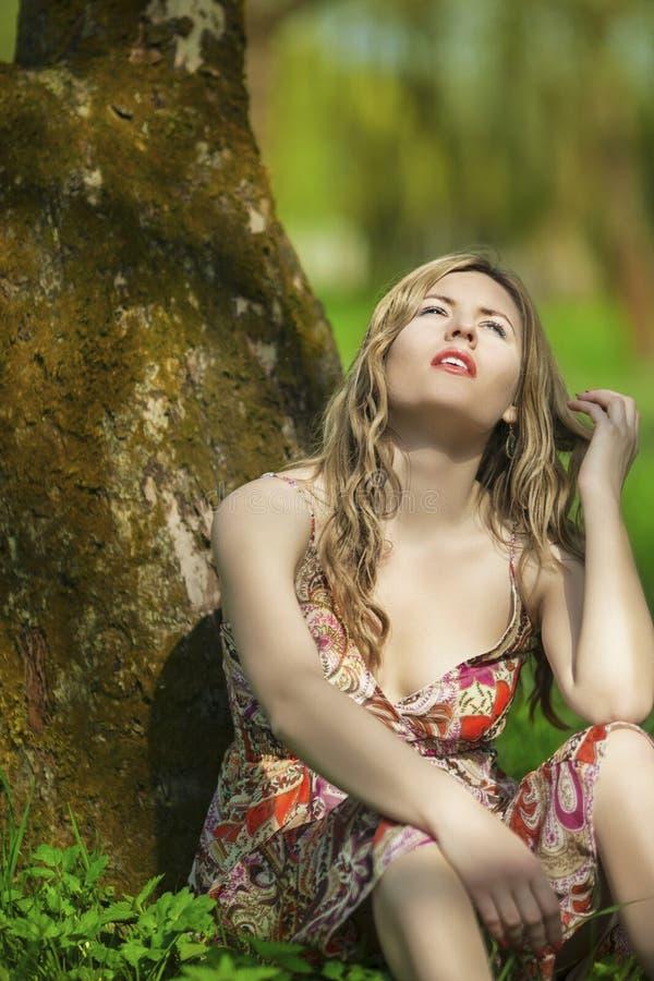 Forma e conceito e ideias da beleza Retrato da mulher caucasiano sensual imagem de stock