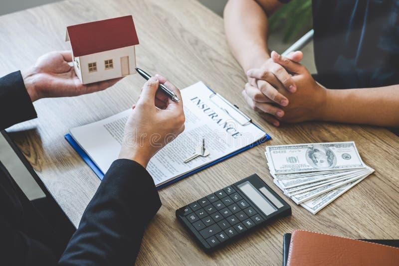 Forma e presentazione del contratto di portata del mediatore dell'agente immobiliare al bene immobile di firma del contratto di a fotografia stock libera da diritti