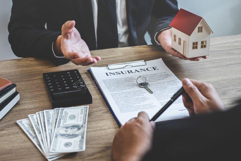Forma e presentazione del contratto di portata del mediatore dell'agente immobiliare al bene immobile di firma del contratto di a immagini stock