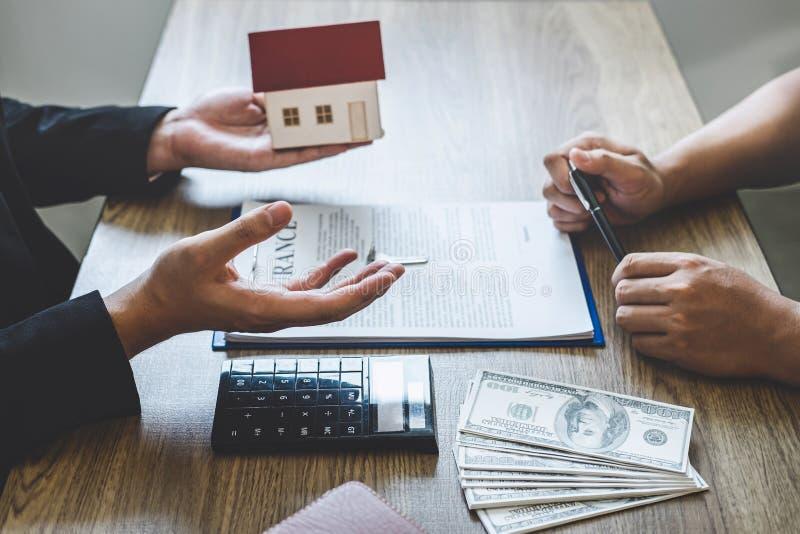 Forma e presentazione del contratto di portata del mediatore dell'agente immobiliare al bene immobile di firma del contratto di a immagine stock libera da diritti