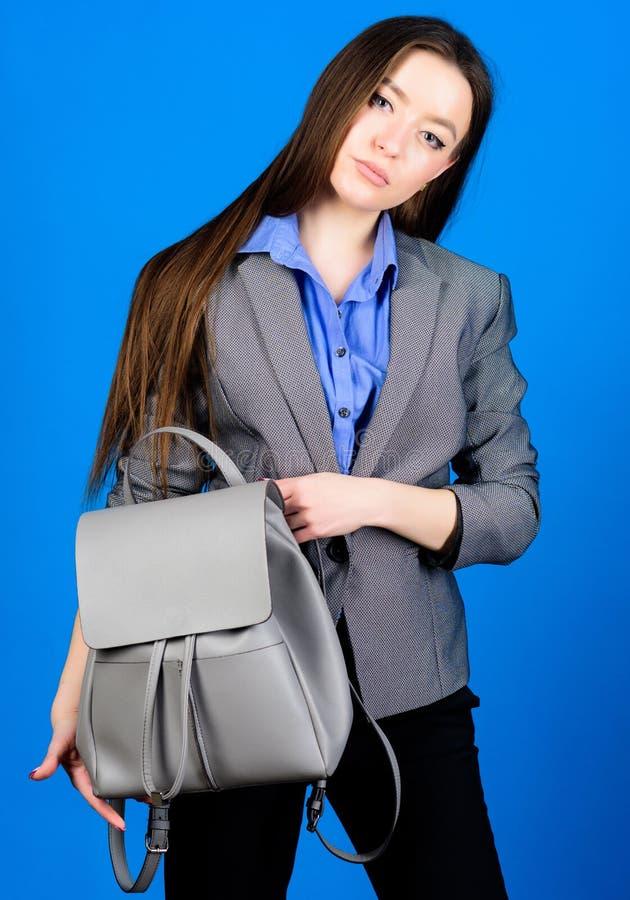 Forma fêmea do saco mulher à moda no revestimento com trouxa de couro Neg?cios Menina de Shool com alforje estudante dentro imagem de stock
