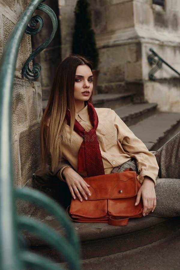 Forma In Fashionable Clothes modelo fêmea que levanta na rua imagens de stock