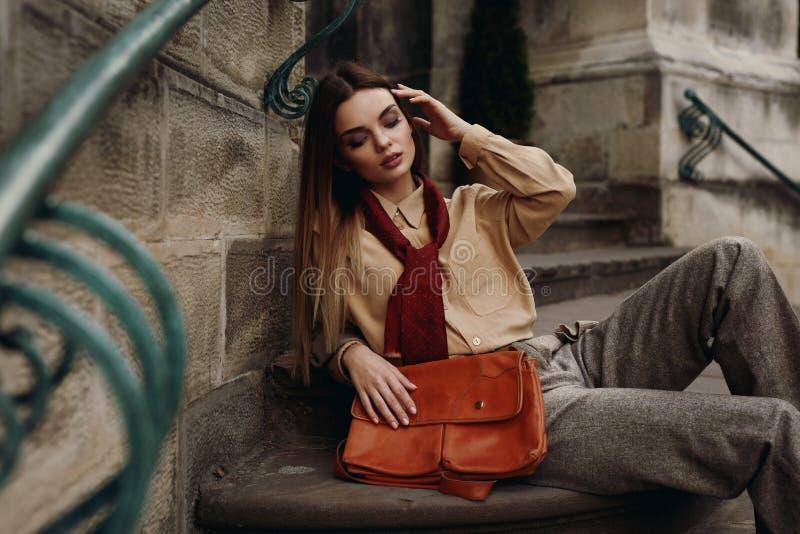 Forma In Fashionable Clothes modelo fêmea que levanta na rua imagens de stock royalty free