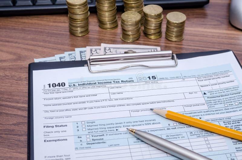 Forma federale di dichiarazione dei redditi di reddito 1040 degli Stati Uniti con soldi fotografie stock libere da diritti